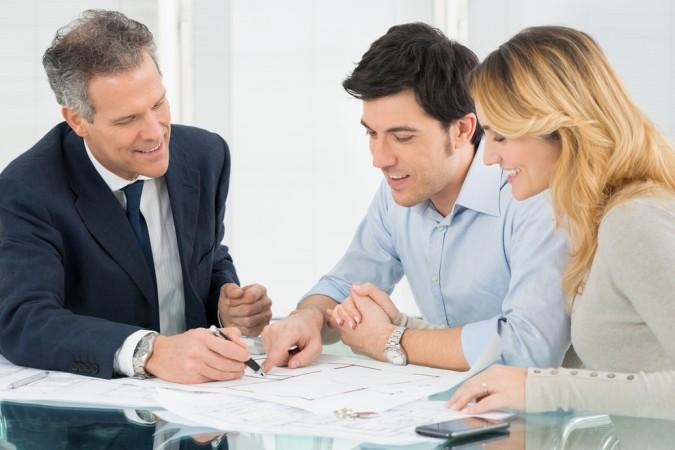 Ein Bankberater unterstützt zum Beispiel dann, wenn man gemeinsames Geld in Akiten anlegen möchte. Aber auch in anderen Fragen kann er hilfreich sein. (#1)