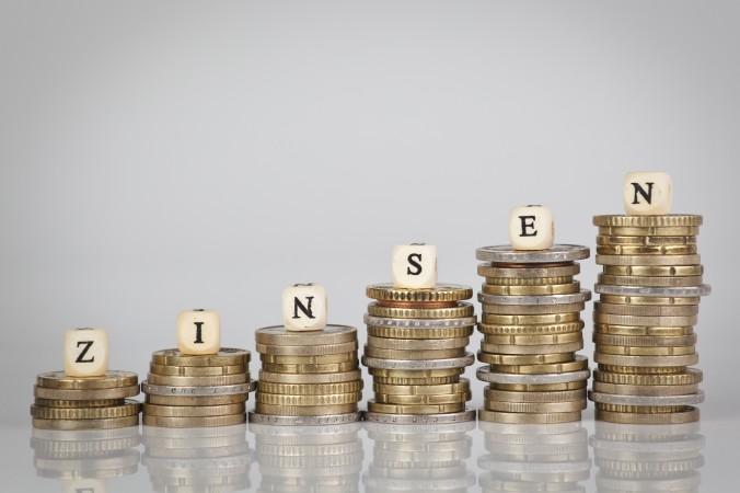 Tagesgeldkonten sind, ebenso wie Girokonten, den marktüblichen Zinsschwankungen unterworfen: Fallen beispielsweise die Geldmarktzinsen, bekommt auch der Anleger auf seinem Tagesgeldkonto weniger Zinsen. (#3)