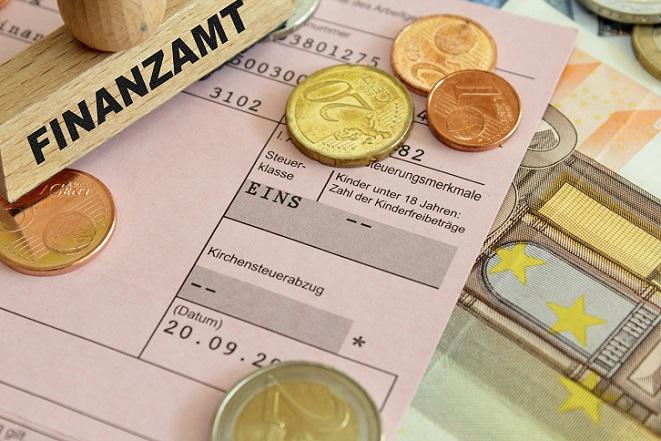 Auf den ersten Blick sehen die Steuerklasse 5 Abzüge sehr hoch aus und schrecken viele Ehepaare ab. Es kann rechnerisch im Hinblick auf die Lohnsteuer jedoch lukrativ sein, wenn ein Ehepartner nur sehr wenig verdient. (#01)