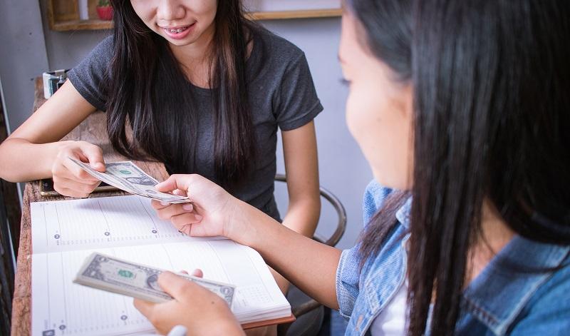 """Doch Vorsicht vor der privaten Geldleihe: Auch dieses muss zurückgezahlt werden und das Sprichwort """"Bei Geld hört die Freundschaft auf"""" kommt nicht von ungefähr. (#07)"""
