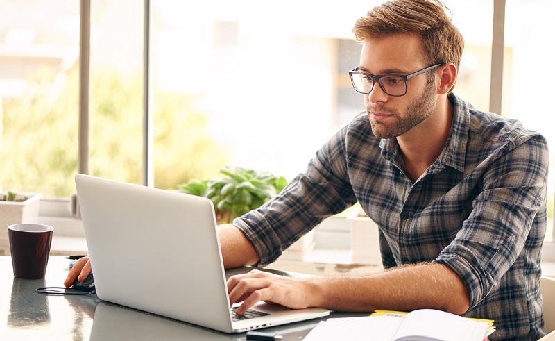 Vorteile eines Privatkredits: Beantragung per Internet möglich, kein Gang in die Bank nötig. (#04)