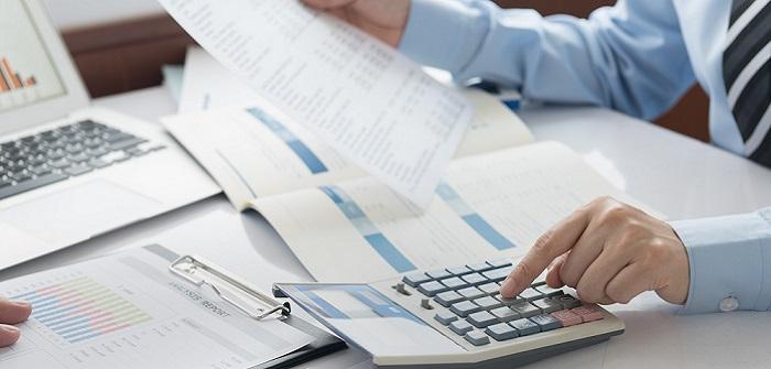 Kluge Rechner: Sowohl die Finanzvertriebler als auch die Kunden können bei Abschlüssen sparen, wenn die Beratung stimmt.