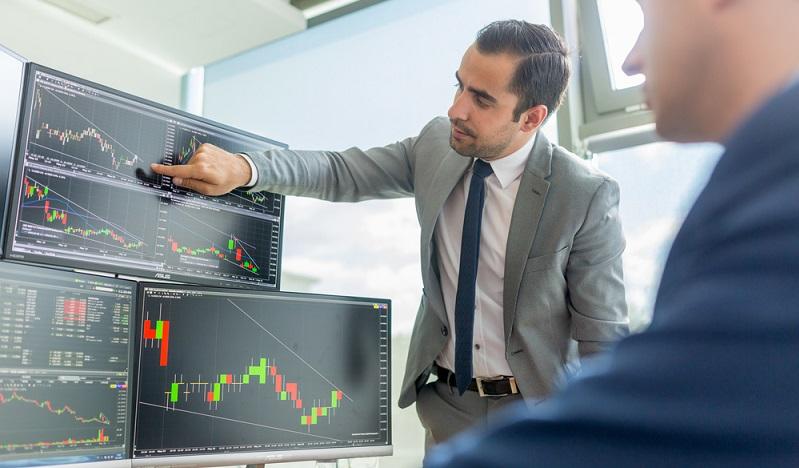 Aktien verbriefen Eigentumsanteile an Unternehmen. Somit tritt der Aktionär gegenüber dem Unternehmen als Eigenkapitalgeber auf – er besitzt einen Anteil an jenem Unternehmen.  ( Foto: Shutterstock-Matej Kastelic)