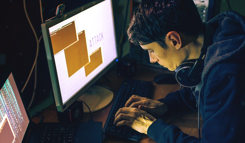 Immer öfter knacken Cyberkriminelle Passwörter und kaufen mit den gehackten Informationen online ein. ( Foto: Shutterstock-_Artem Oleshko)