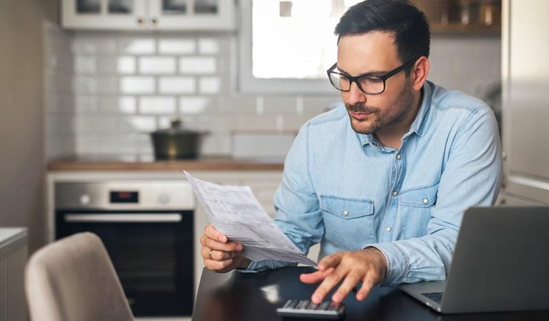 Einen guten Überblick über die Finanzen zu haben erleichtert das pünktliche Zahlen von Rechnungen und sorgt so für eine verbesserte Bonität. ( Foto: Shutterstock-_Jelena Zelen )